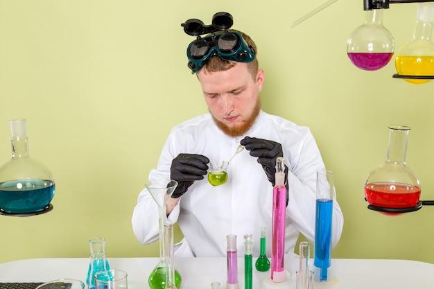 Giovane chimico di vista frontale che lavora alla nuova sostanza chimica in un laboratorio