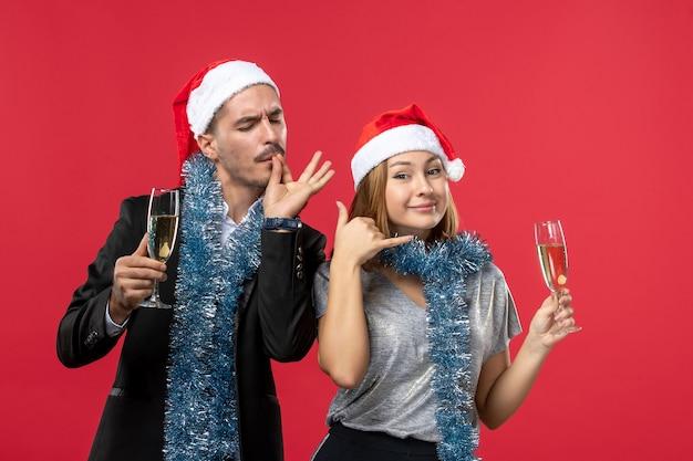 빨간 벽 크리스마스 파티 음료 사랑에 새 해를 축 하하는 전면보기 젊은 부부