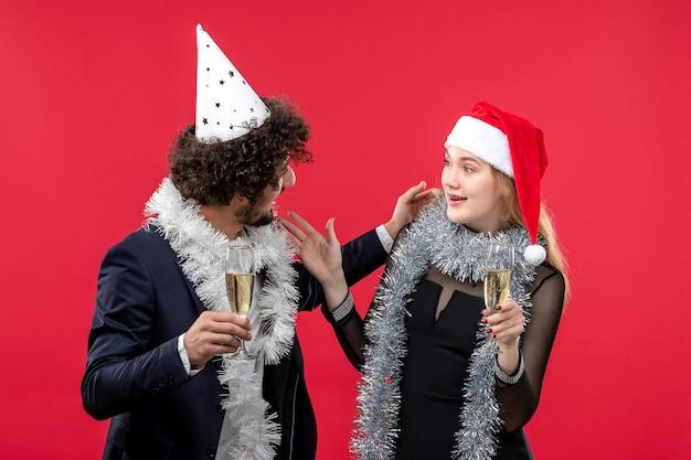 빨간 벽 휴일 크리스마스 사랑 파티에 새해를 축하 전면보기 젊은 부부