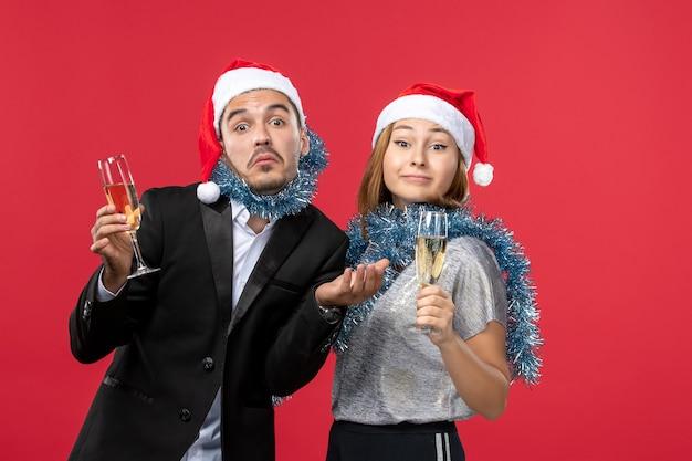 빨간 벽 사랑 크리스마스 음료에 새 해를 축 하하는 전면보기 젊은 부부