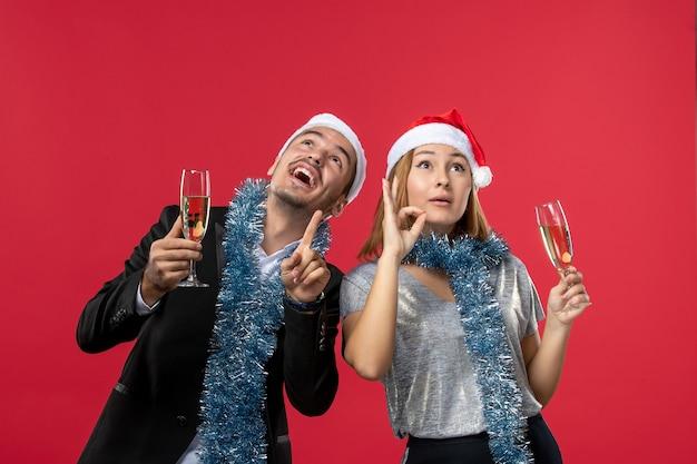 빨간 벽 사랑 크리스마스 파티 음료에 새해를 축하 전면보기 젊은 부부
