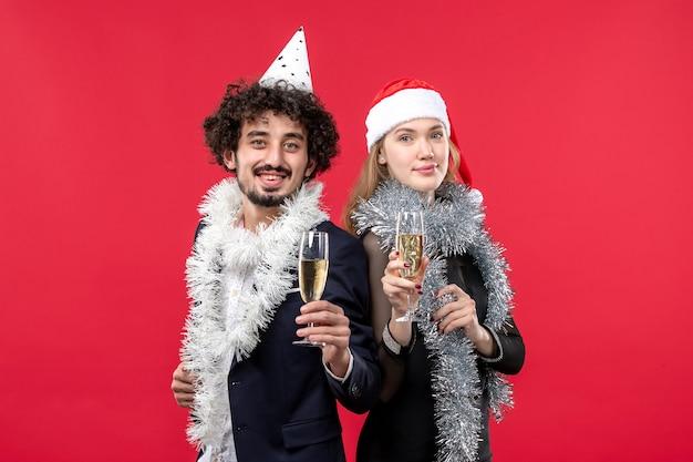 빨간 벽 크리스마스 사랑 파티 색상에 새해를 축하 전면보기 젊은 부부