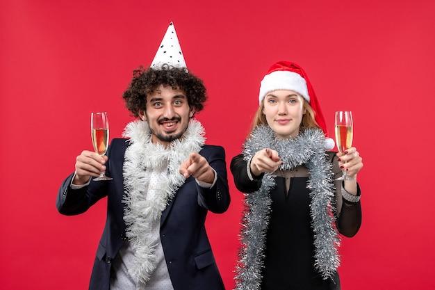 빨간 벽 사랑 크리스마스 파티에 새해를 축하 전면보기 젊은 부부