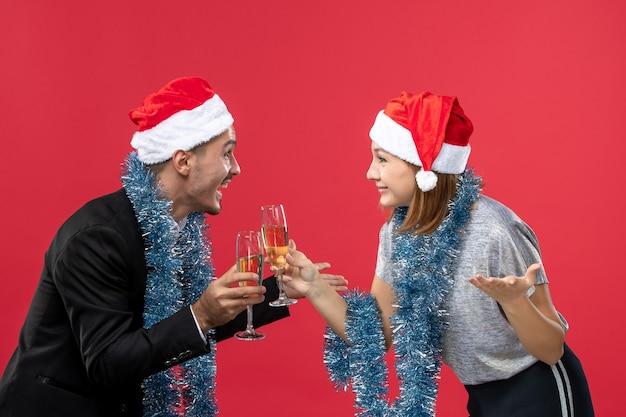 빨간 벽 파티 크리스마스 사랑에 새해를 축하 전면보기 젊은 부부