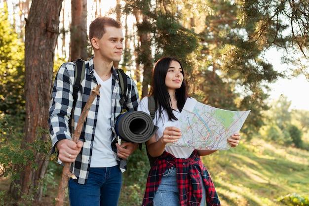 Giovani coppie di vista frontale che viaggiano insieme