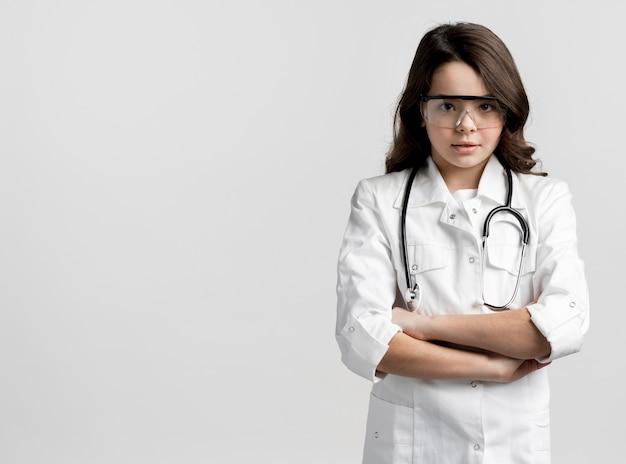 Giovane medico di vista frontale con lo spazio della copia