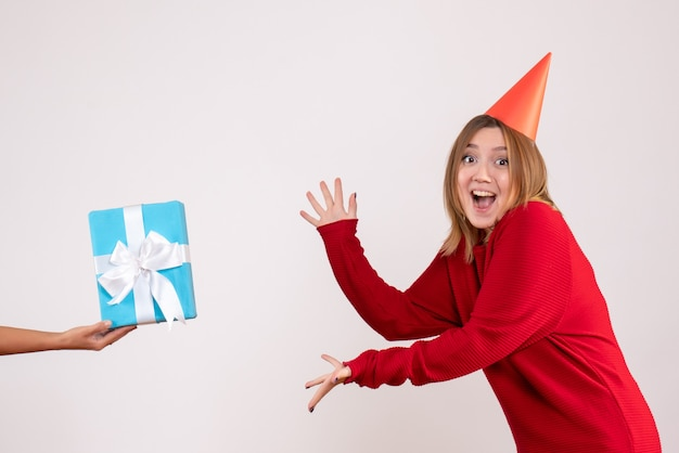女性から彼女のプレゼントを受け入れる正面図若い女性
