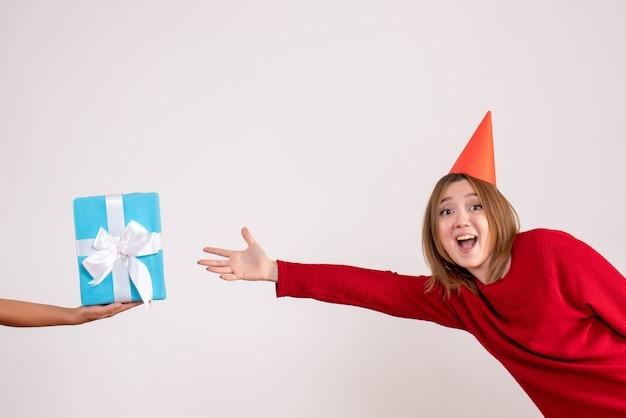 그녀의 선물을 수락 전면보기 젊은 여성