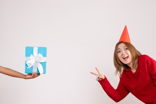 彼女のプレゼントを受け入れる正面図若い女性