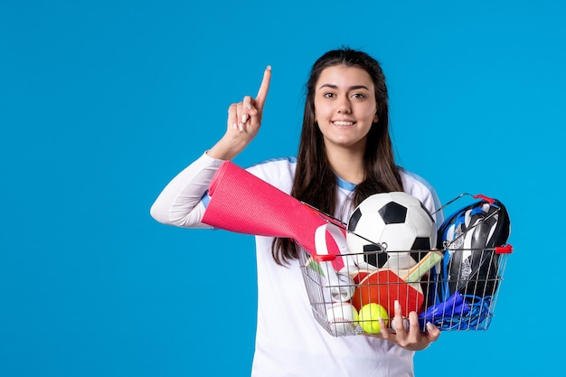파란색 벽에 스포츠 쇼핑 후 전면보기 젊은 여성