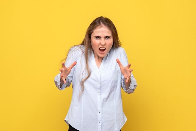 Vista frontale della giovane donna arrabbiata