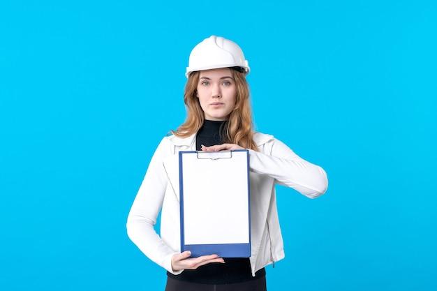 파란색에 파일 메모를 들고 전면 보기 젊은 여성 건축가