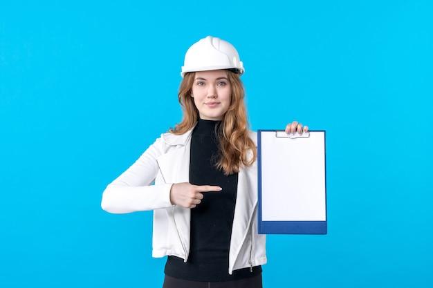 파란색 헬멧에 전면 보기 젊은 여성 건축가