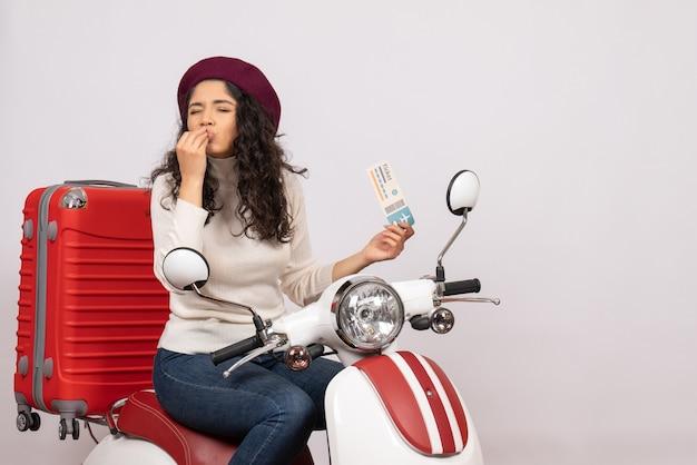 Vista frontale giovane donna in bicicletta tenendo il biglietto su sfondo bianco colore del volo moto vacanza veicolo città velocità