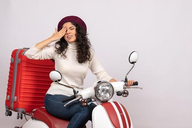 Vista frontale giovane donna in bicicletta con la sua borsa su sfondo bianco colore giro strada vacanza veicolo motociclo