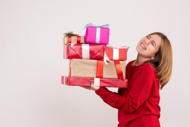 선물을 들고 전면보기 젊은 여성