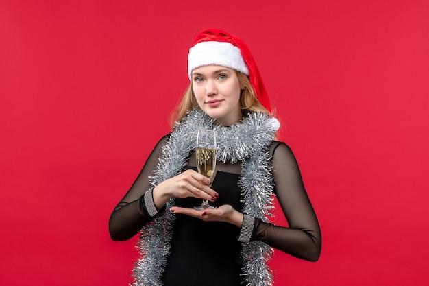 赤い机の感情のクリスマス休暇で新年を祝う正面図若い女性
