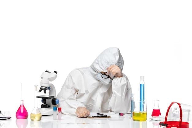 흰색 배경 바이러스 실험실 covid 화학 건강에 피곤 느낌 특별한 보호 복에 전면보기 젊은 여성 화학자