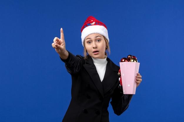 青い壁の感情の新年の休日の数を示す正面図若い女性のカウント