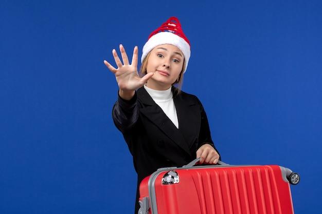 青い壁の休日の休暇の女性の数を示す正面図若い女性のカウント