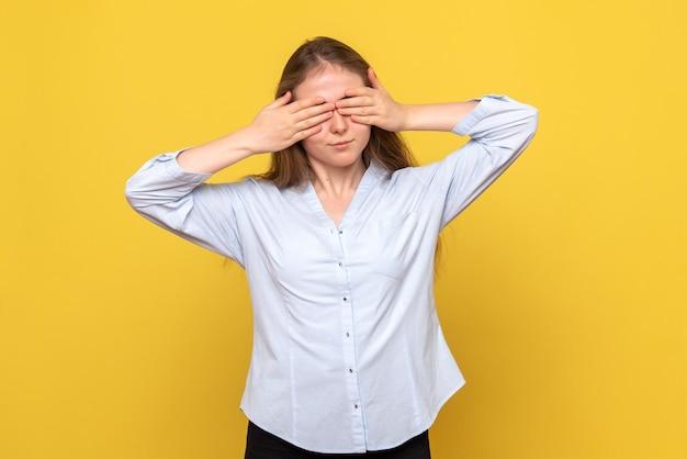 Vista frontale della giovane donna che si copre gli occhi