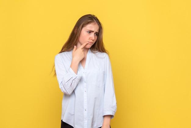 Vista frontale della giovane donna depressa