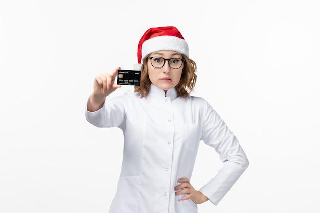 흰 벽 휴일 간호사 새 해에 은행 카드를 들고 전면보기 젊은 여성 의사 무료 사진