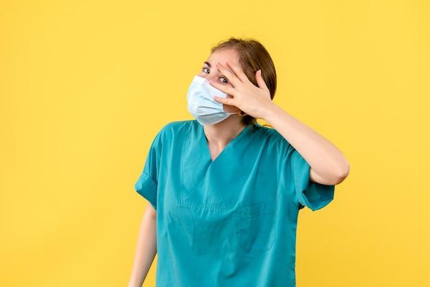 Vista frontale della giovane dottoressa in maschera