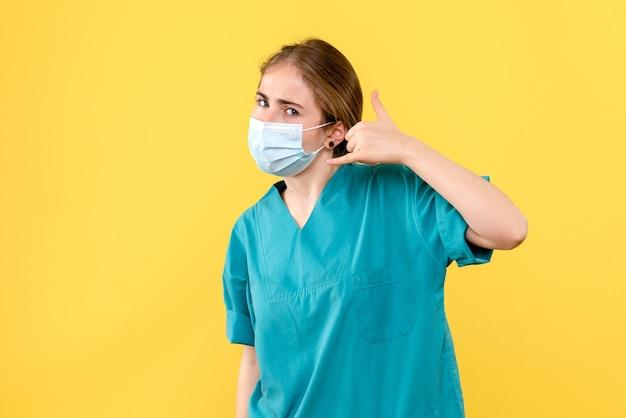 Vista frontale della giovane dottoressa