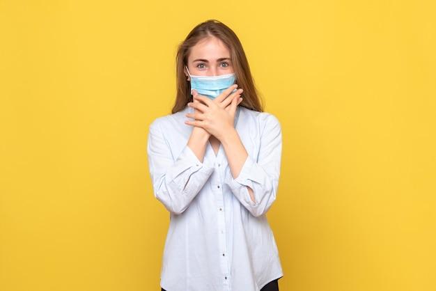 Vista frontale della giovane donna eccitata in maschera