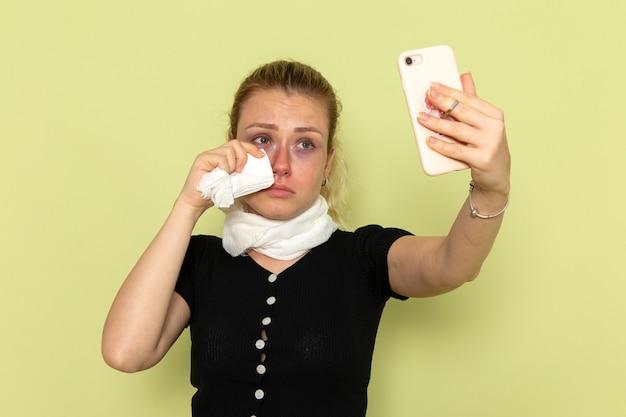녹색 벽 여성 질병 의학 질병에 셀카를 복용 매우 아프고 아픈 느낌 전면보기 젊은 여성