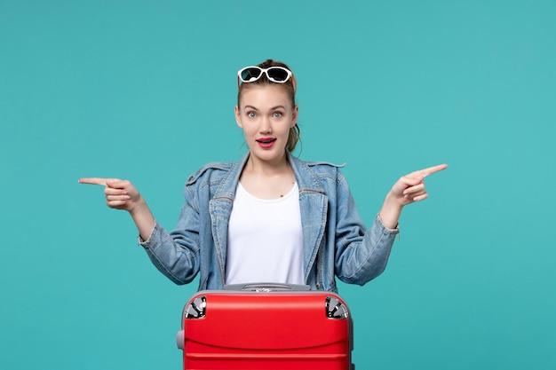 푸른 공간에 포즈 여행을 위해 준비하는 전면보기 젊은 여성