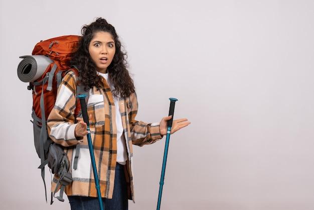 Vista frontale giovane donna che va a fare un'escursione su sfondo bianco campus foresta natura aria montagna altezza