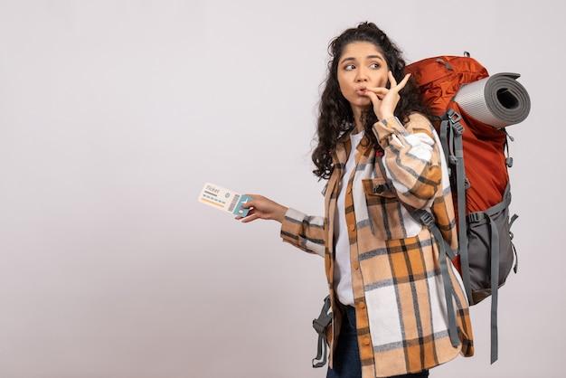 Вид спереди молодая женщина, идущая в походы с билетом на белом фоне, воздушный туристический лес, отпуск, полет, кампус, гора