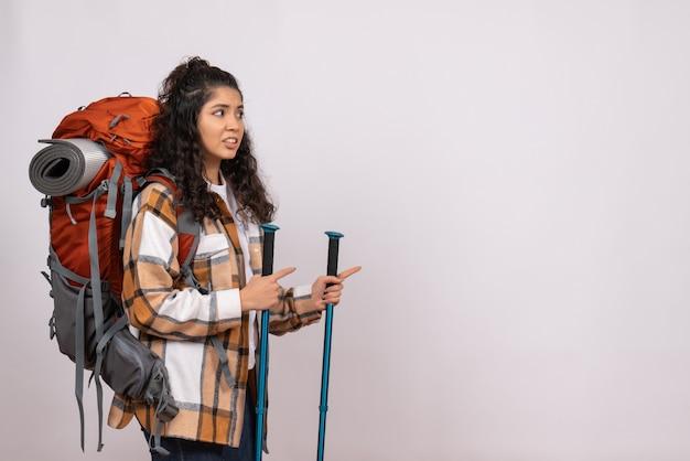 Вид спереди молодая женщина, идущая в походы на белом фоне, кампус, лес, природа, воздух, гора, высота, турист