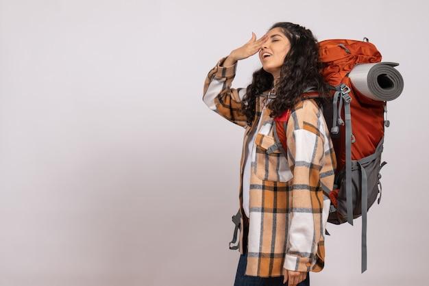 白い背景の森自然空気山の高さの観光でハイキングに行く正面の若い女性
