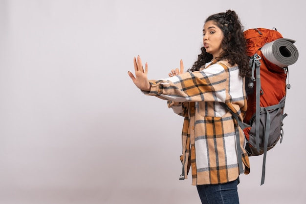 白い背景のキャンパス観光休暇山旅行空気にバックパックを持ってハイキングに行く正面の若い女性