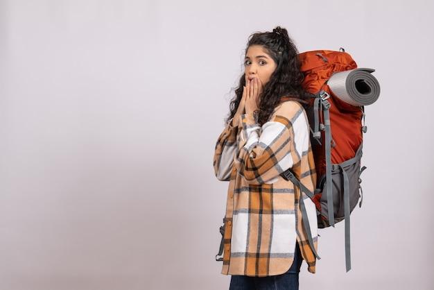 白い背景の森旅行休暇山の空気キャンパスにバックパックを持ってハイキングに行く正面の若い女性