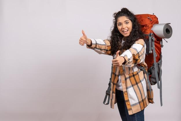 白い背景の森旅行休暇山の空気観光客にバックパックを持ってハイキングに行く正面の若い女性