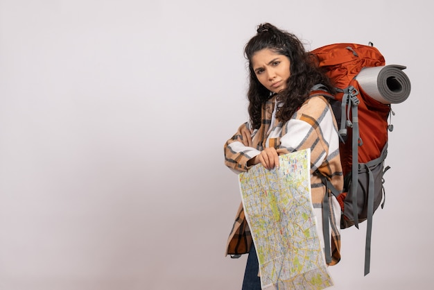 Вид спереди молодая женщина, идущая в походы с картой на белом фоне, кампус, лес, высота горы, туристический воздух
