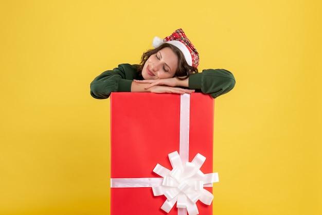 노란색 상자 안에 숨어있는 전면보기 젊은 여성