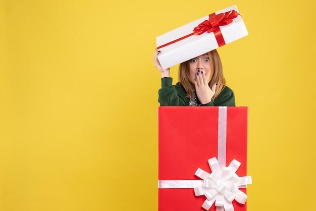 プレゼントボックスの中に隠れている正面図若い女性