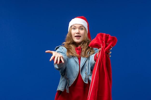 파란색 배경 크리스마스 휴일 감정에 선물 전면보기 젊은 여성 지주 가방