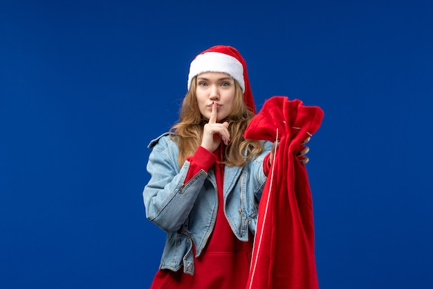 파란색 배경 휴일 크리스마스 감정에 선물 전면보기 젊은 여성 지주 가방