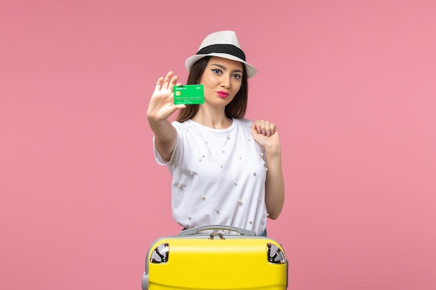 분홍색 벽 감정 여름 여행 여자에 은행 카드를 들고 전면 보기 젊은 여성