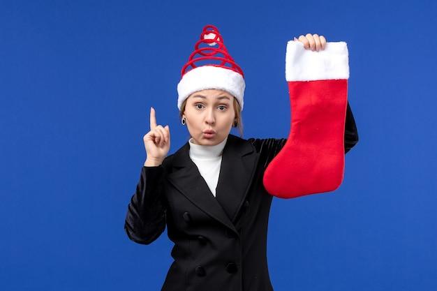 블루 데스크 휴일 새 해 인간에 크리스마스 양말을 들고 전면보기 젊은 여성