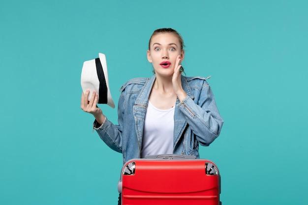 푸른 공간에 여행을 준비하는 그녀의 모자를 들고 전면보기 젊은 여성