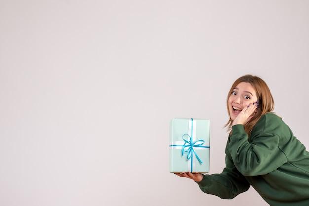 正面図若い女性保持プレゼント