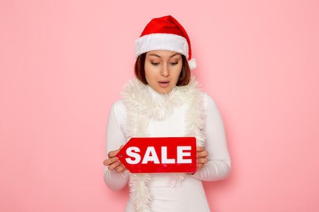 전면보기 젊은 여성 지주 판매 분홍색 벽 감정 색 눈 크리스마스 새해 휴일에 그림을 작성