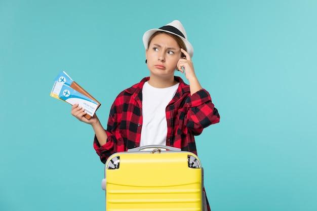 푸른 공간에 티켓 전면보기 젊은 여성 지주 지갑
